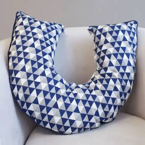 Almofada Amamentação Dupla Face Triângulos Marinho Branco e Cinza